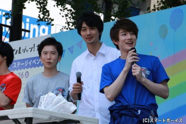 (中央)火曜MCの小林且弥さん (左)火曜ブラックの大矢剛康さん (右)火曜ブルーの赤澤遼太郎さん
