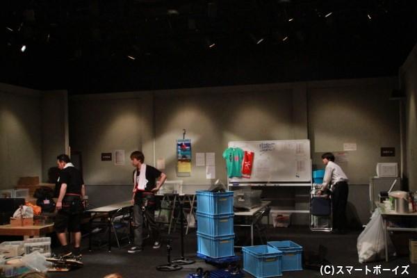 開演30分前から出演者が舞台上に登場。早めの来場をオススメします!