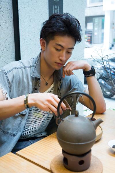 店内にはカフェスペース以外にも、茶器や自宅でも楽しめるお茶やテイクアウトのお菓子もあり、ユウくんも「ココ、いいですね~」とお茶の味とともに絶賛!