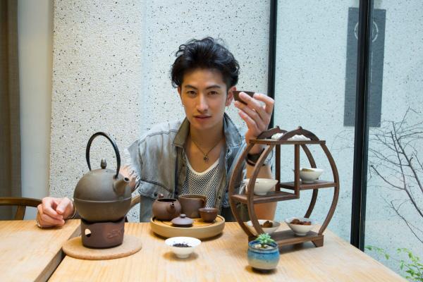 「モダン台湾茶」体験ができる『開門茶堂』、その洗練された空間が似合うユウくんです♪