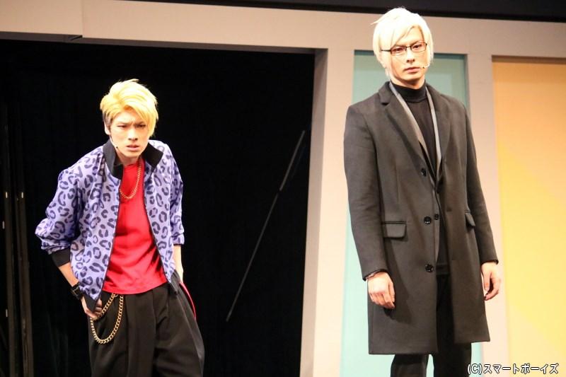 劇場に借金の取り立てに来た、古市左京(右・藤田 玲さん)と迫田ケン(左・田内季宇さん)