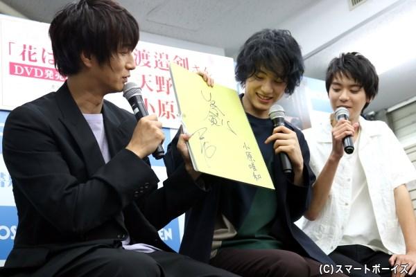 スケッチブックに署名された小原さんのサインに「小原唯和の私物みたい(笑)」と笑う先輩陣