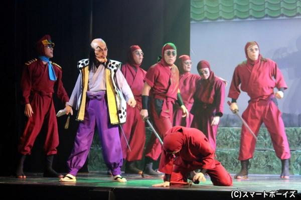 キャプテン達魔鬼(左端・高橋光さん)、稗田八方斎(左から二番目・幹山恭市さん)率いるドクタケ忍者隊