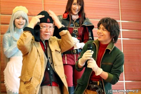 松本さんの激励に対し、中川さんからはドクロマークつき帽子のプレゼントも!