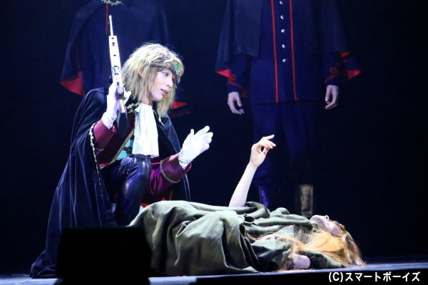 機械伯爵(左・染谷俊之さん)の人間狩りで、鉄郎の母は命を奪われることに