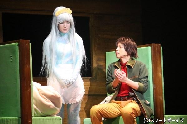 ガラスの身体を持つクレア(左・美山加恋さん)は、鉄郎に恋心を寄せ……