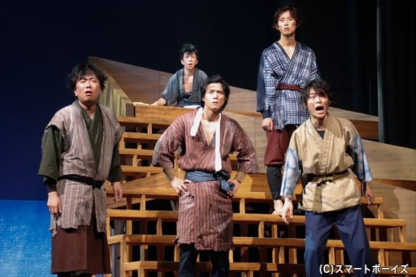 遭難した万次郎と漁師仲間達(一段目左より石井智也さん、石原壮馬さん、溝口さん、2段目右:正木 郁さん、最後段:赤石ノブさん))