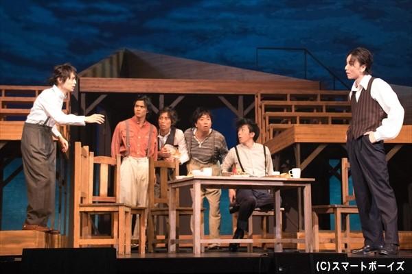 捕鯨船の船長・ホイットフィールド(細貝 圭さん)に、つたない英語で話しかける万次郎