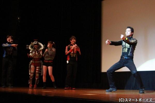 ゴーオンジャー名物(?)の海老澤さんによる「一人オープニングシーン再現」。会場のファンだけでなくキャスト面々も横で大爆笑