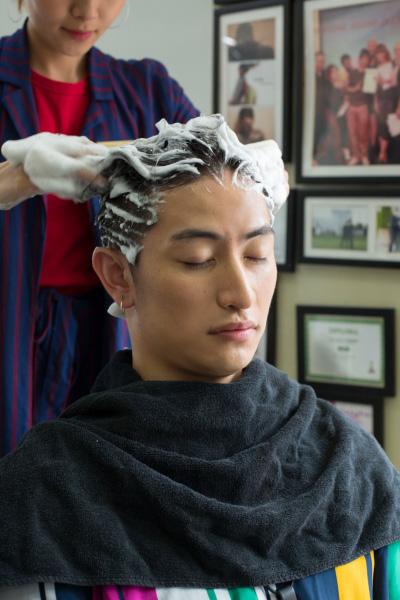 """台湾ロケ3日目は、旅の疲れを癒やすことに。ユウくんは""""台湾式シャンプー""""を体験! マッサージ効果もあり、仕上がりの髪はサラサラつやつやに!"""