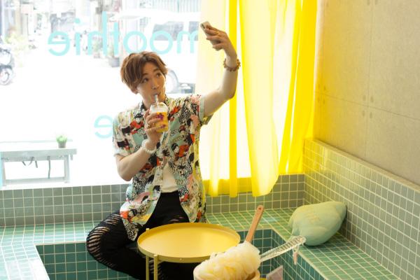 ハルちゃんは台北の若者にも人気のジューススタンドへGO! バスルームのような店内では、新鮮なフルーツの旨みを活かした彩り豊かなスムージーでリフレッシュ! さらにインスタ映え間違いなし♪