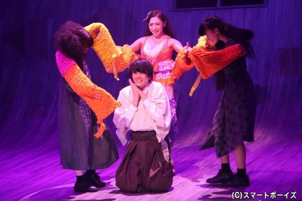 シュラとマリアの家庭教師となった先生(太田基裕さん)に、妖しい女からの誘いが