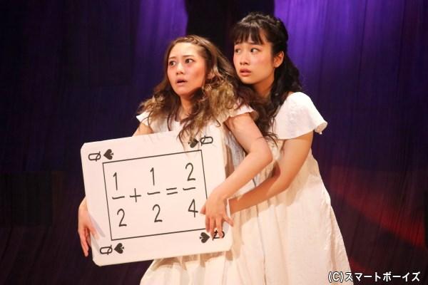 結合双生児の姉妹、醜い姉のシュラ(左・桜井玲香さん)と美しい妹のマリア(右・藤間爽子さん)
