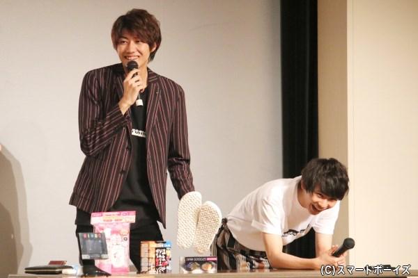 サンダル(27.5cm)には、「俺でもデカいよ!」と須賀さんも大笑い