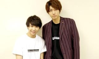 (左から)須賀健太さん、小坂涼太郎さん