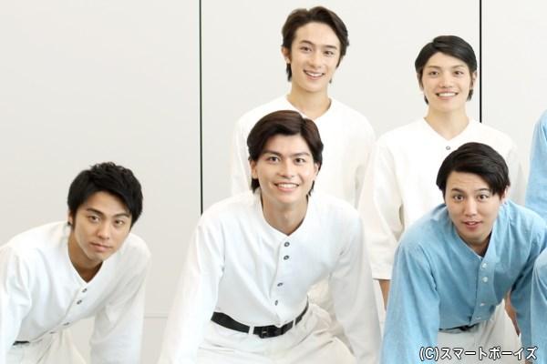 (後列左から)永田聖一朗さん、伊崎龍次郎さん (前列左から)小野塚勇人さん、多和田秀弥さん、内藤大希さん