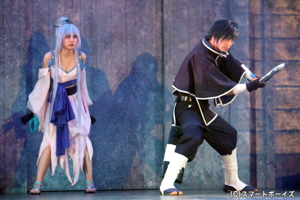 才蔵ら十勇士が守る巫女・伊佐那海役の伊藤優衣さん(左)