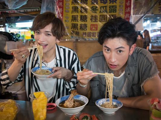 """鶏のモモ肉&日本の""""そうめん""""のような麺料理をパクリ! これ以外にも、いろいろ食べ歩いちゃったり、ゲームの露天で遊びまくっちゃった2人です♪"""