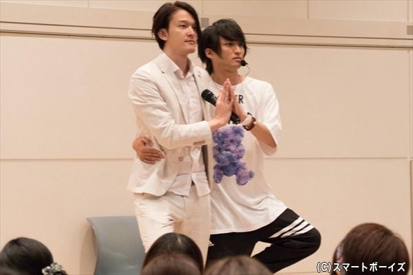 MCの伊藤陽佑さん(左)と見届け人の鷲尾修斗さん(右)による、正しい「ロマンス」