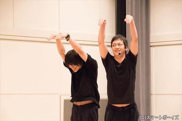 最初は2人それぞれでキリンを表現していましたが、伝わらないとわかると、鐘ヶ江さんが海老澤さんの腰にひっつき、キリンの胴体に!