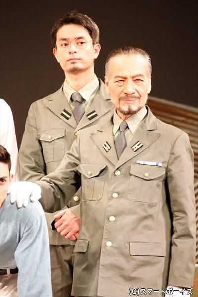 (左)菊地勘三・海軍少尉 役/林田航平さん (右)遠山貞明・海軍中佐 役/藤木孝さん