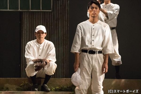 在日韓国人の菱沼力(右・小野塚さん)と、視力が非常に弱い佐々木新(左・伊崎さん)