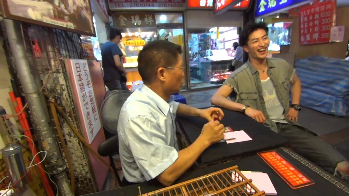 夜市では日本では見られない露天もたくさん! その中には占いの露天があったのですが……なんと●●が占ってくれちゃいます! その占い結果に、ユウくんも思わず笑顔がこぼれます。何の占いかは、映像配信をお楽しみに~♪