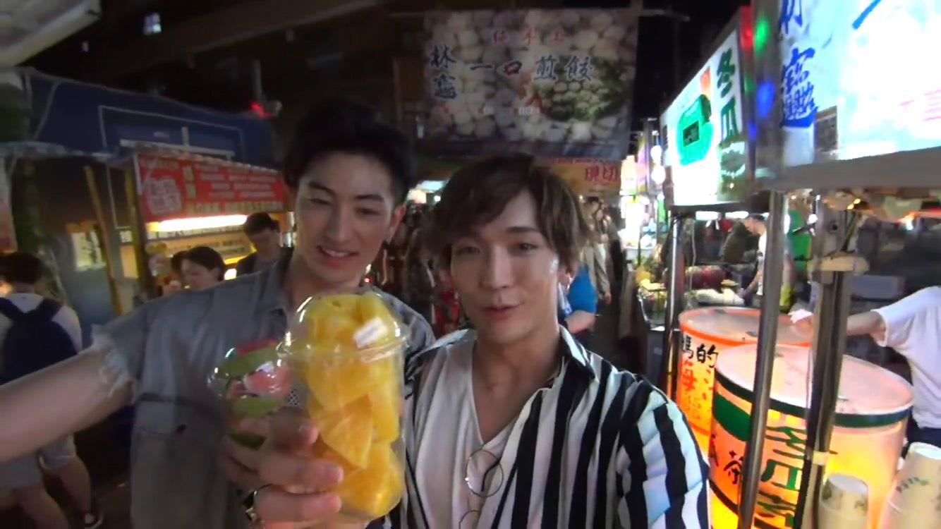 台湾の屋台は、どこも豪快のヒトコト。パイナップルも、これだけでお腹いっぱいになっちゃいそうな量なのに、激安!