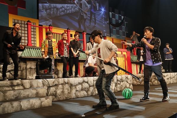 関さんの誘導で舞台袖へ移動する保志さんに、他の出演者は大爆笑!