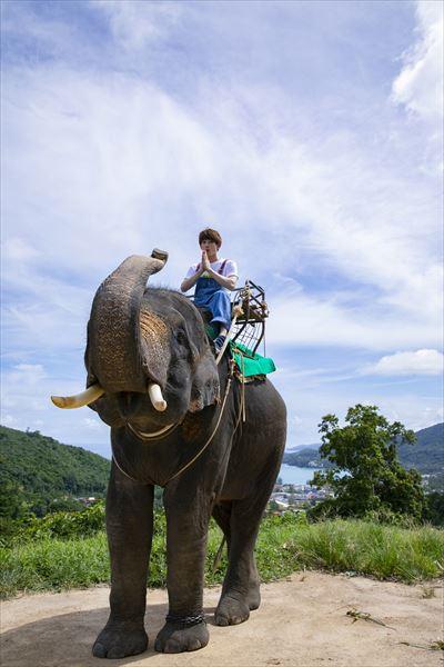 ゾウに乗って、ポーズ!?