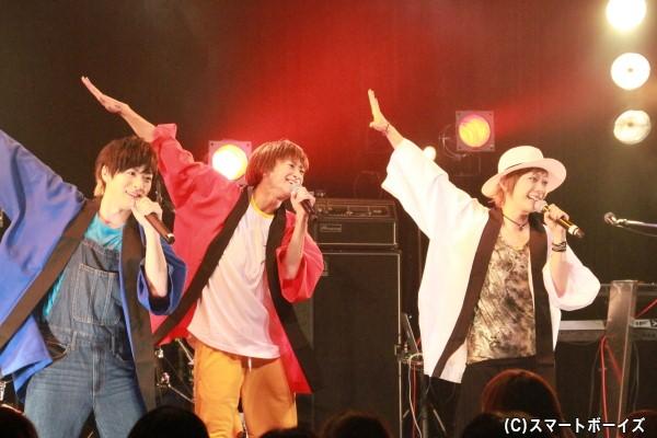 「少年ハリウッド」から「最強最高オレンジガール」と「ハリウッド祭JAPAN」の2曲を披露