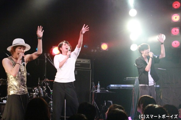 Live Musical「SHOW BY ROCK!!」から「défendu aube」と「Cadenza」の2曲を披露