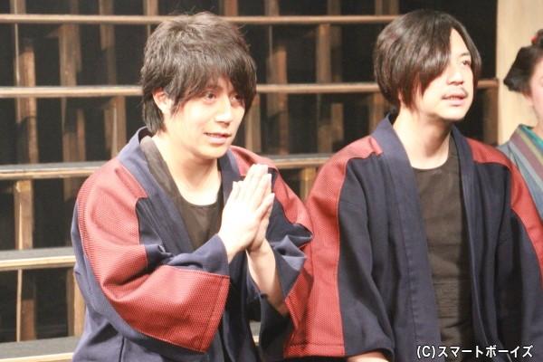 (左)源蔵役の緑川睦さん (右)伊蔵役の永田彬さん