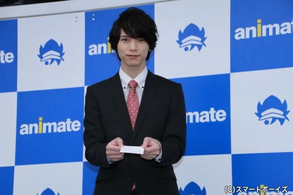 名刺を渡すポーズをとる北村さん。なかなか見られない貴重なショットです!