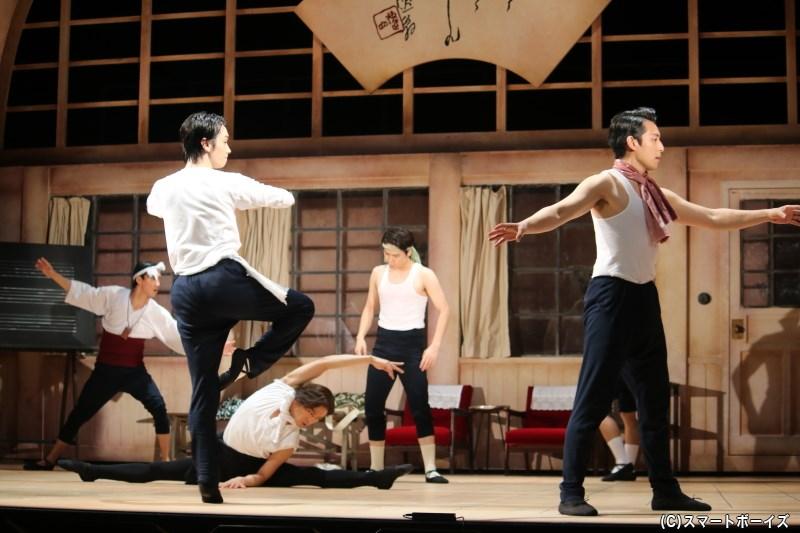 男子部の面々は舞台を夢見て、慣れないレッスンに励み続ける