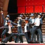 舞台終盤では、BOYSたちによるレビューシーンも!