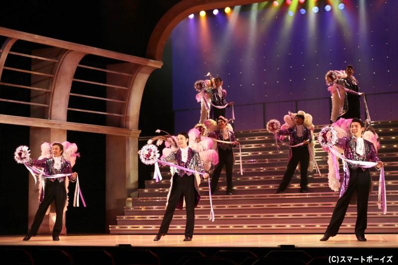 宝塚大劇場を思わせる、大階段でのレビューが胸を打ちます