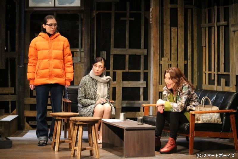 (左から)綾小路アヤメ役の雛形あきこさん、東山翔子役の今井あずささん、綾小路アザミ役の水町レイコさん