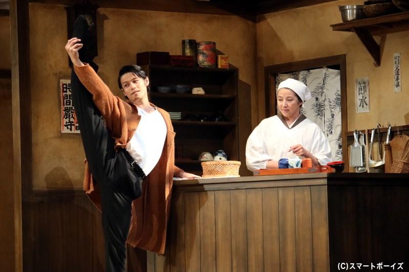 舞台経験者として、ダンサーの星野丈治(左・中塚皓平さん)も加わることに