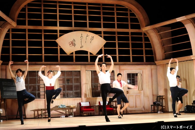 慣れないバレエなど、大劇場を夢見て日々レッスンへと励む男子部