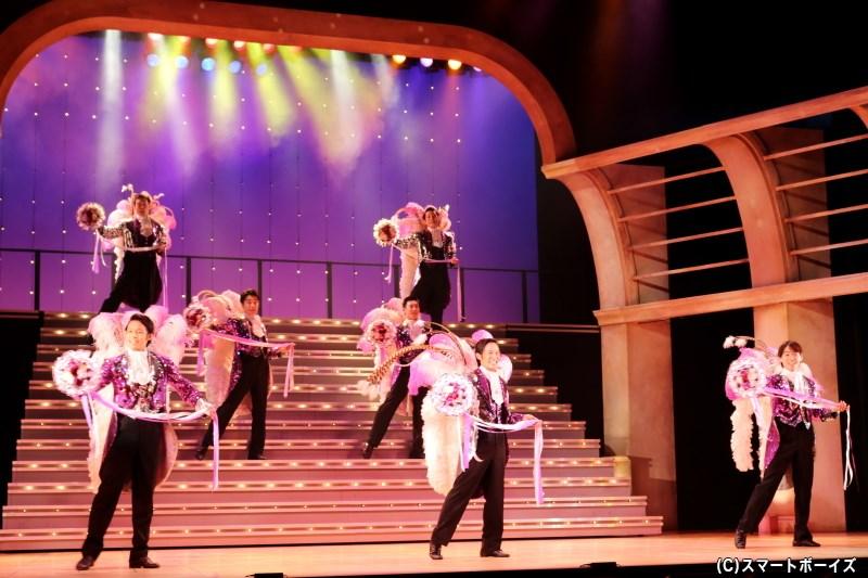華やかな衣装と大階段の迫力、そしてBOYSたちのショーをお楽しみに