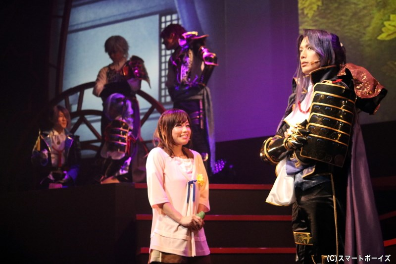 (手前左から)結月役の水越朝弓さん、織田信長役の久保田秀敏さん