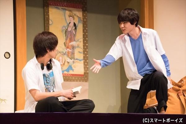 合宿先のお寺で同部屋に。ヨウスケ(右・樋口さん)は同室のメンバーと仲よくなるべく握手を求める。