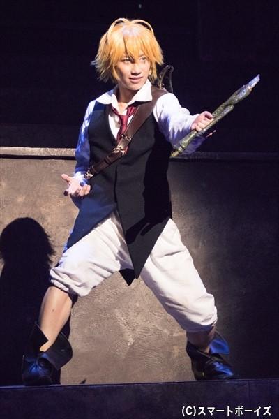 メリオダスを演じる納谷さんは、ステージ中を軽やかに飛び回り豪快なアクションを魅せる!