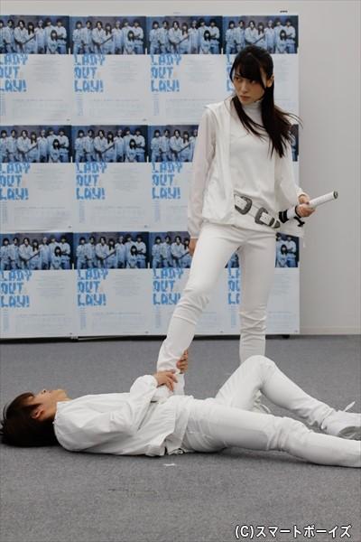 矢島舞美さん演じるヒロインが、俳優陣を激しいアクションで蹴散らしていきます!
