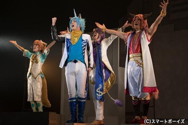 全員でミュージカルバンバーを歌いきるアルカレアファクト(左から板垣李光人さん、糸川さん、田中さん、滝川広大さん)