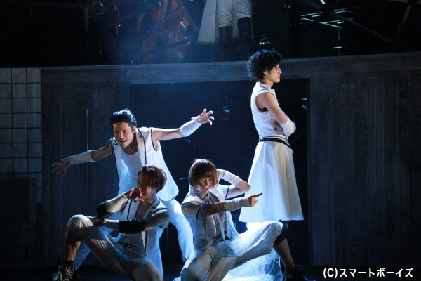 劇中では、「BLASTING GIRLS」「BURAIKANN」によるダンスパフォーマンスも!