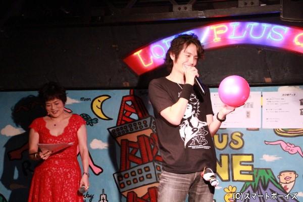 「カイザクイズ」恒例のSPゲスト「マリちゃん」と熱演する村上さんに、MCの鈴木美潮さんも苦笑い