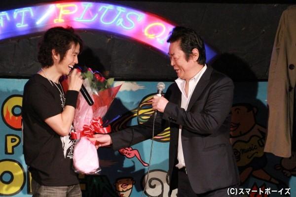 SPゲストの井上敏樹さんからバラの花束を受け取る村上さん