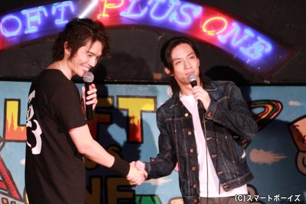 前回に続いて登場の半田健人さんと固い握手!